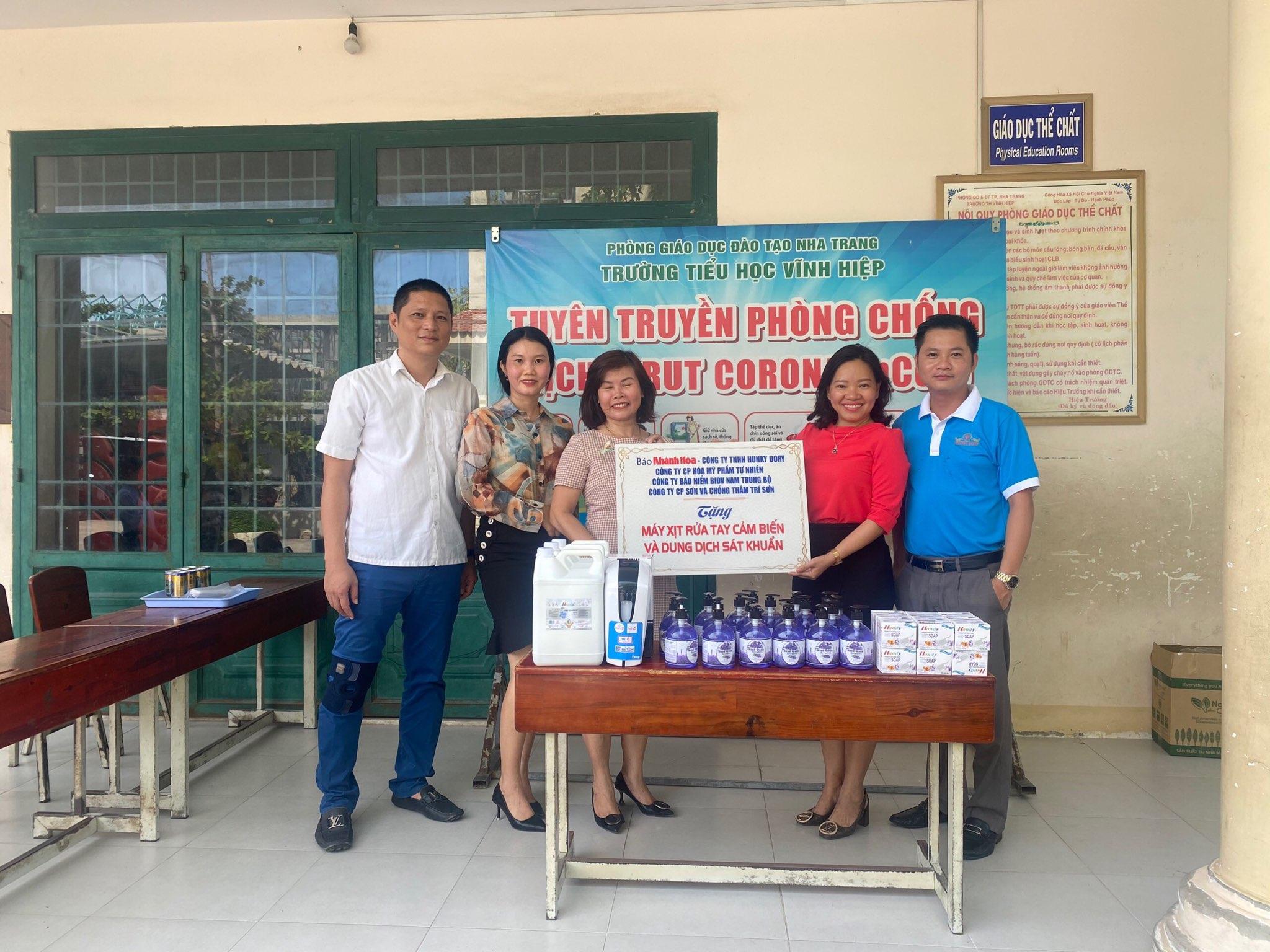 Tặng máy phun nước rửa tay tự động và dung dịch sát khuẩn cho các trường học ở Nha Trang