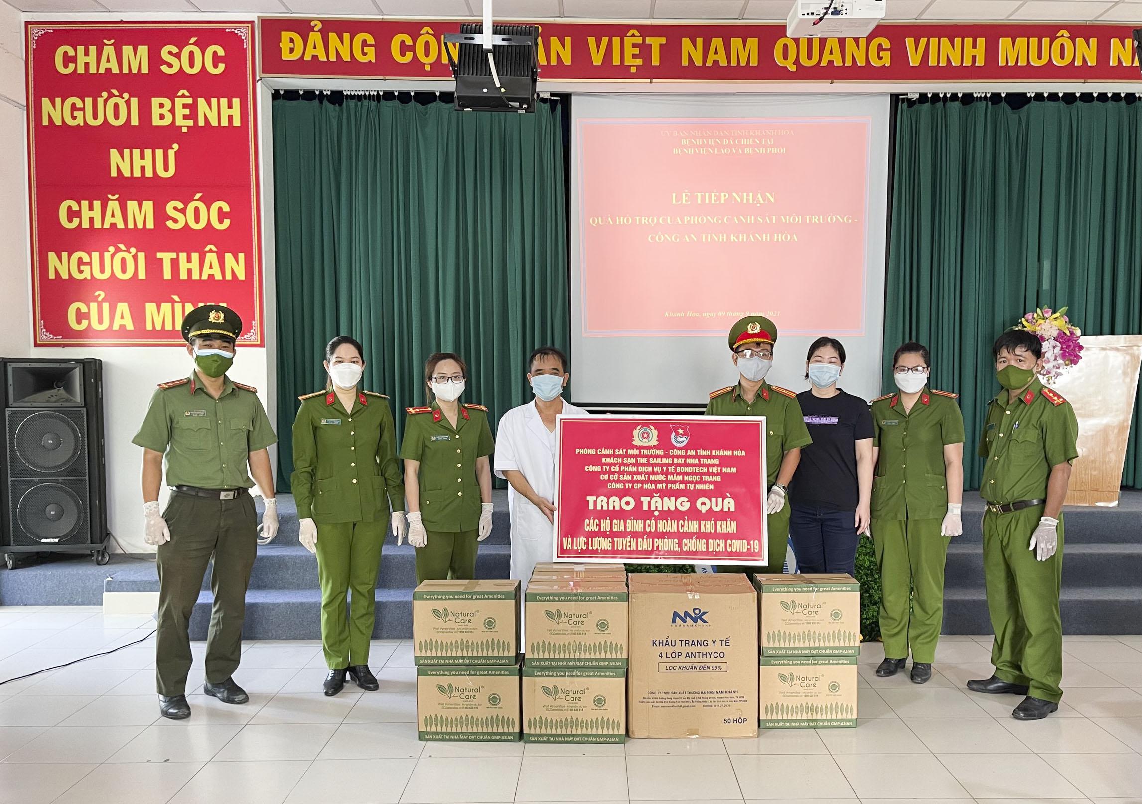 Trao 100 phần quà cho người dân phường Vĩnh Thọ
